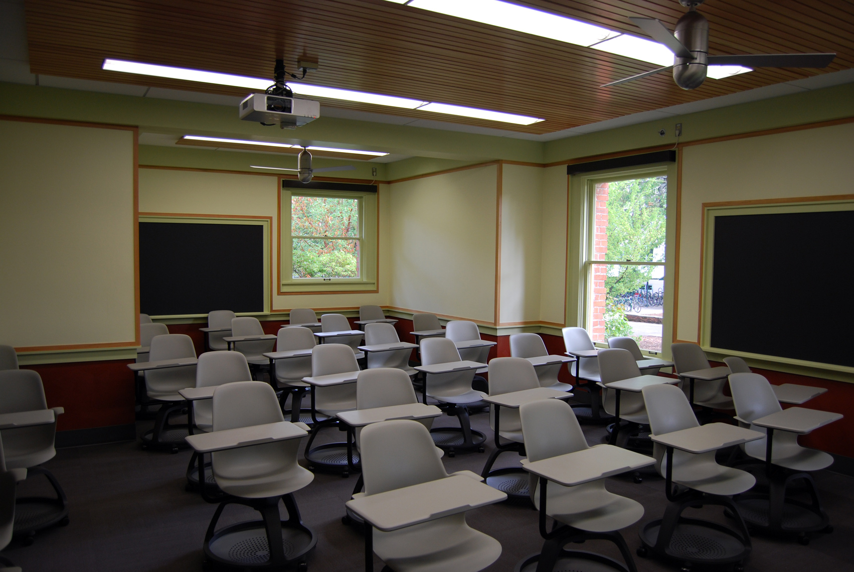 UOFRIEND_INST_CLASSROOM4_SMALL